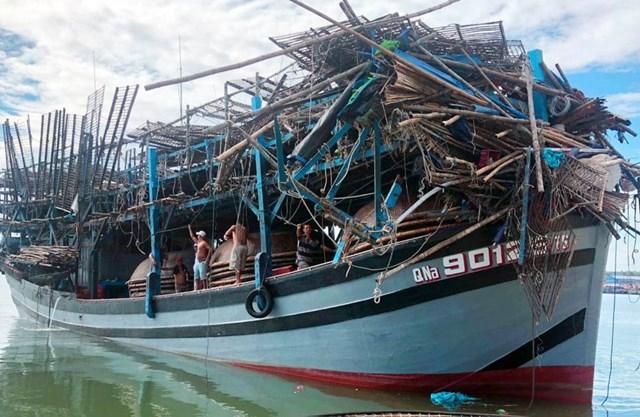 Tàu QNa-90129 TS bị gãy 15 giàn phơi mực và mũi tàu hư hỏng nặng.