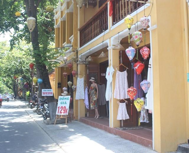 Người dân phố cổ Hội An bắt đầu mở cửa buôn bán trở lại.