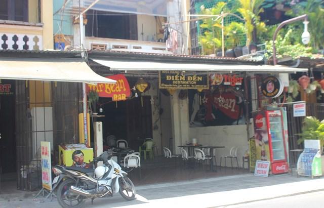 Các quán cà phê, quán ăn phố cổ Hội An mở cửa ít khách.