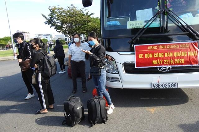Quảng Ngãi là địa phương đầu tiên phối hợp với Đà Nẵng, đưa công dân địa phương mình về lại nơi cư trú vào sáng 22/8. Ảnh Thanh Tùng.