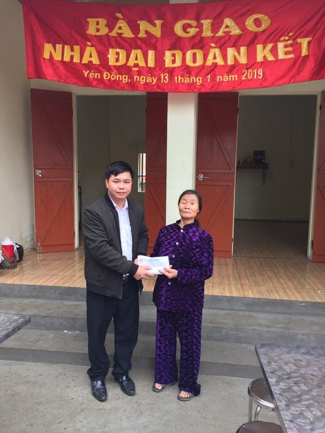 Ông Nguyễn Khoa Văn bàn giao nhà Đại đoàn kết cho người nghèo tại xã Yên Đồng.