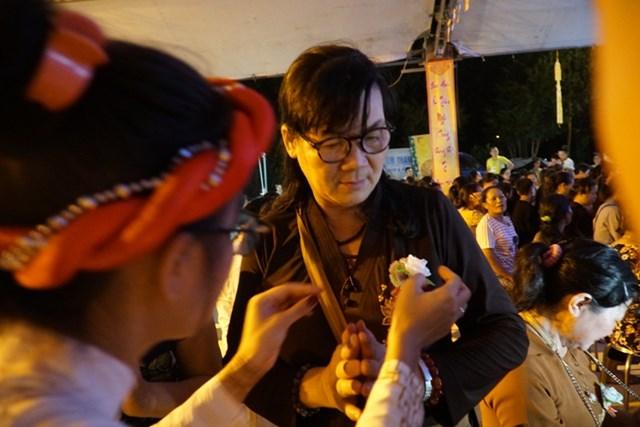Đi lễ chùa mỗi dịp vu lan là truyền thống đậm nét văn hóa của người Việt xa xứ.