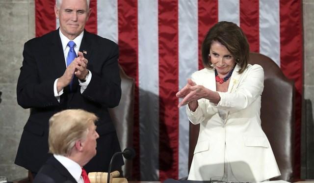 Điệu bộ vỗ tay của bà Nancy Pelosi sau khi ông Donald Trump đọc Thông điệp Liên bang 2019. Ảnh: AP.