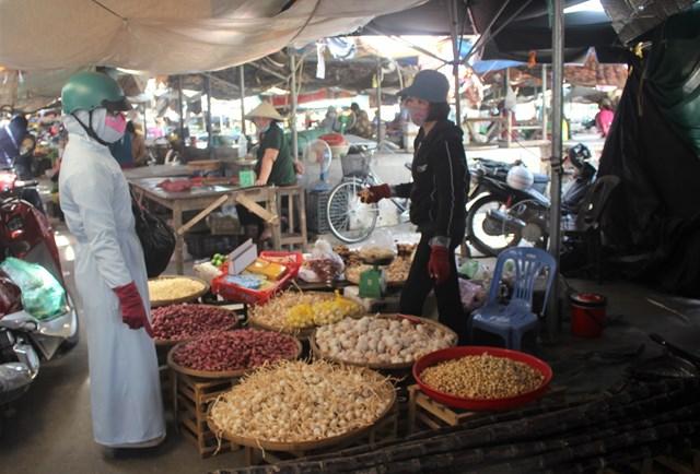 Rất ít người dân đi chợ Vườn Lài mua thực phẩm.