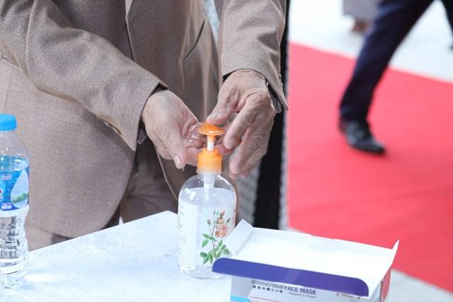 Rửa tay bằng nước sát khuẩn.