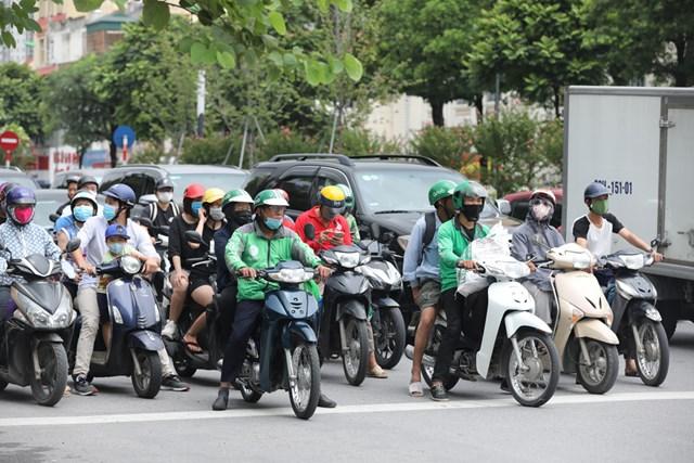 Người tham gia giao thông đeo khẩu trang như một điều tất nhiên.