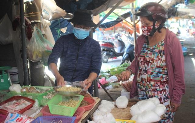 [ẢNH] Chợ Vườn Lài hoạt động trở lại sau 14 ngày bị phong tỏa - Ảnh 2