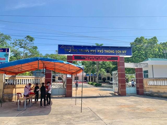 Các thí sinh thi tốt nghiệp THPT đợt 2 ở Quảng Ngãi khai báo y tế.
