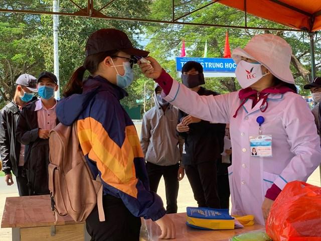 Các thí sinh ở Quảng Ngãi thi đợt 2 được đo thân nhiệt.