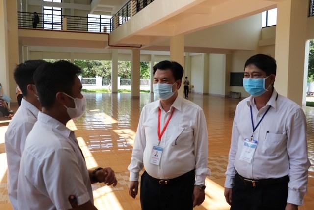 Thứ trưởng Nguyễn Hữu Độ (trong) cùng Giám đốc Sở GD&ĐT Phạm Đăng Khoa (ngoài) trò chuyện, chúc các thí sinh thi tốt.