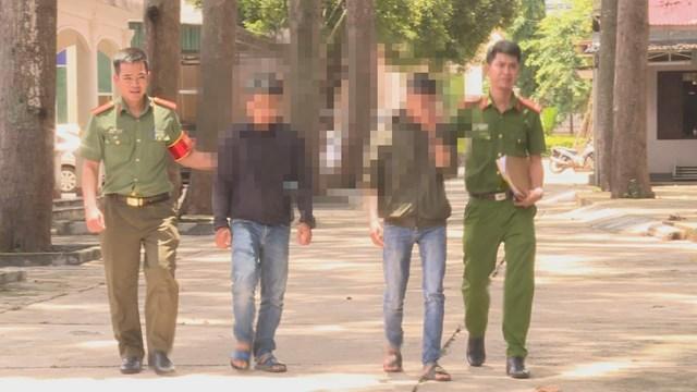 Cơ quan Công an huyện Krông Bông (Đắk Lắk) áp giải 2 đối tượng liên quan đến vụ việc.
