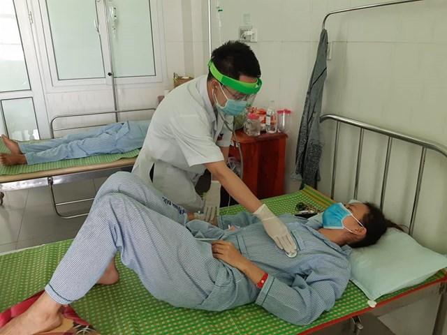 Bệnh nhân nghi ngộ độc pate Minh Chay đang nằm điều trị. Ảnh BVĐK Vĩnh Đức.