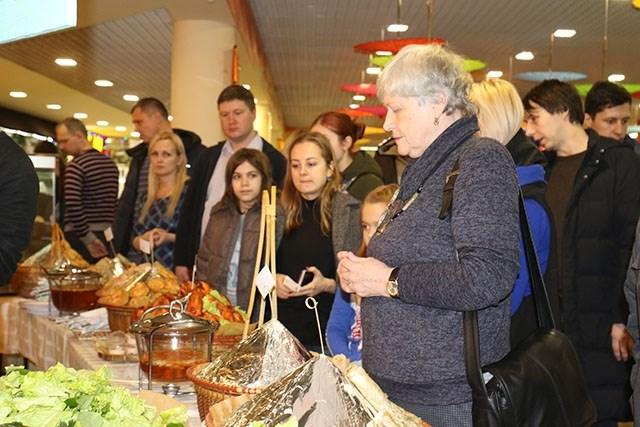 Thực khách Nga xếp hàng chờ mua các món ăn Việt Nam tại Lễ hội ẩm thực đường phố Việt Nam 2019.