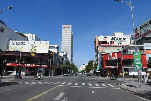 Dịch bệnh còn tiềm ẩn, phức tạp, phố phường vẫn vắng vẻ do người dân hạn chế ra khỏi nhà. Ảnh: Bình Nguyên.