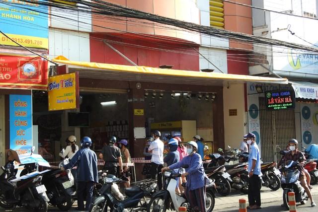 Hàng, quán mở cửa trở lại, người dân chấp hành giãn cách khi mua bán. Ảnh: Bình Nguyên.