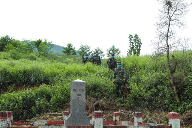 Các chiến sĩ biên phòng Bản Lầu tuần tra tại mốc 112.