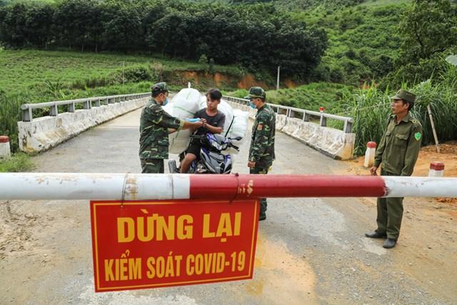 Bộ đội Biên phòng Bản Lầu phát khẩu trang cho người dân tại chốt tuần tra.