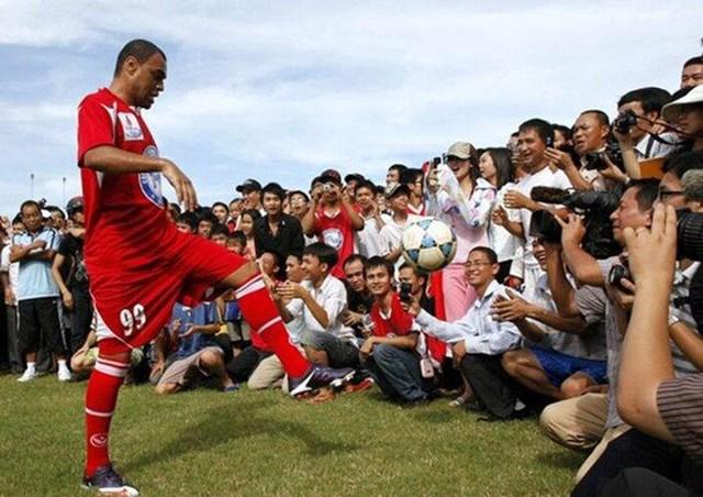 Ở tuổi 32, Denisol quyết định sang Việt Nam thử sức trong màu áo Xi măng Hải Phòng nhưng chỉ đá đúng 1 trận rồi mất hút.
