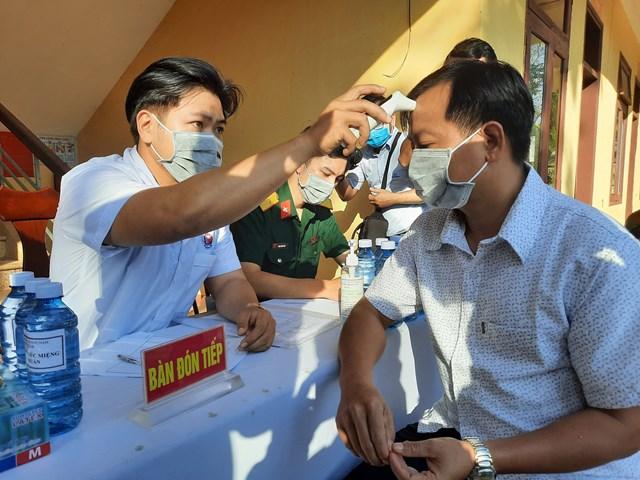Đo thân nhiệt cho người dân để kiểm soát dịch Covid-19 Quảng Nam.