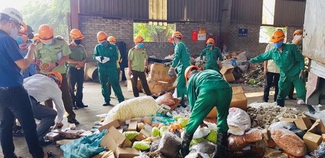 Lực lượng quản lý thị trường xử lý các sản phẩm vi phạm.