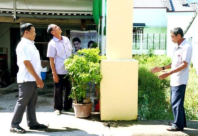 Ông Lâm Thành Đức (bên trái) vận động nhân dân tham gia xây dựng nông thôn mới.