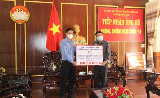Mặt trận tỉnh Quảng Nam tiếp nhận tiền ủng hộ phòng, chống dịch Covid-19.
