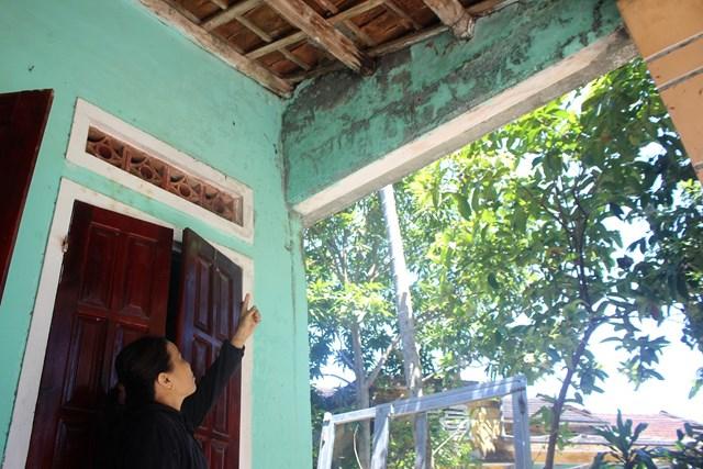 Bà Nguyễn Thị Trưởng bên ngôi nhà đang xuống cấp.