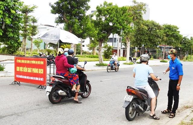 Chốt kiểm soát của Tổ công tác Covid-19 tại phường Nại Hiên Đông, quận Sơn Trà (Đà Nẵng), một trong những nơi nhiều cán bộ Mặt trận cùng các cán bộ chính quyền, đoàn thể tham gia đứng chốt chống dịch cả ngày lẫn đêm  Ảnh: Thanh Tùng
