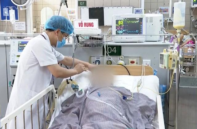 Bệnh nhân phải thở máy vì ngộ độc Pate Minh Chay (tại BV Bạch Mai).