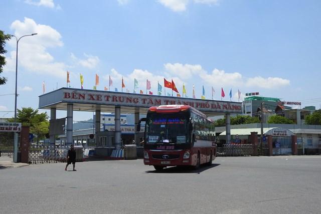 Xe khách xuất bến tại bến xe trung tâm Đà Nẵng sáng 11/9. Ảnh: Thanh Tùng.