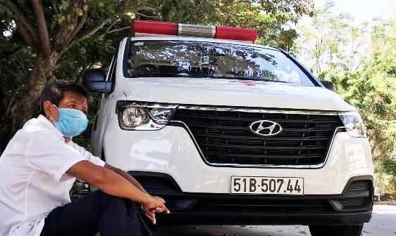 Ông Đoàn Ngọc Hải ngồi đợi bệnh nhân nghèo trong khuôn viên Bệnh viện ung bướu Đà Nẵng.
