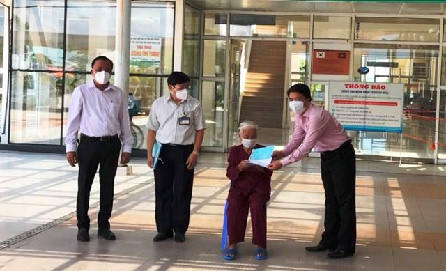 Phó Chủ tịch UBND tỉnh, Trần Văn Tân đích thân trao Giấy ra viện cho cụ bà 100 tuổi.