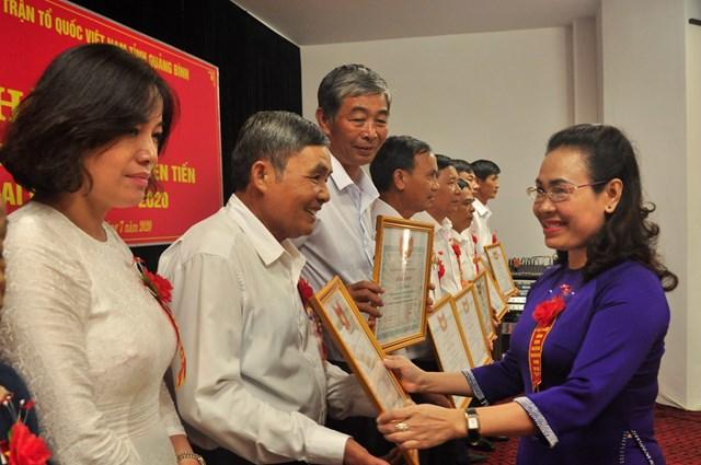 Bà Phạm Thị Hân- Chủ tịch Ủy ban MTTQ Việt Nam tỉnh Quảng Bình tặng Bằng khen cho các cá nhân, tập thể xuất sắc trong thực hiện phong trào thi đua yêu nước của Mặt trận tỉnh Quảng Bình.