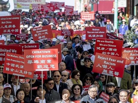 Người Mỹ gốc Hoa biểu tình phản đối hành vi kỳ thị Trung Quốc do COVID-19. (Ảnh: The Chronicle).