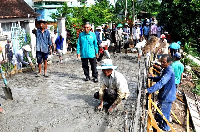Người dân tham gia cùng chính quyền xây dựng giao thông nông thôn.