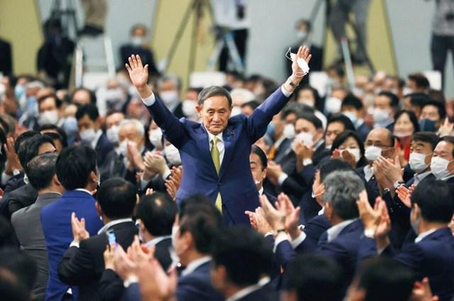 Ông Suga Yoshihide trong vòng vây những người ủng hộ. Ảnh: AP.