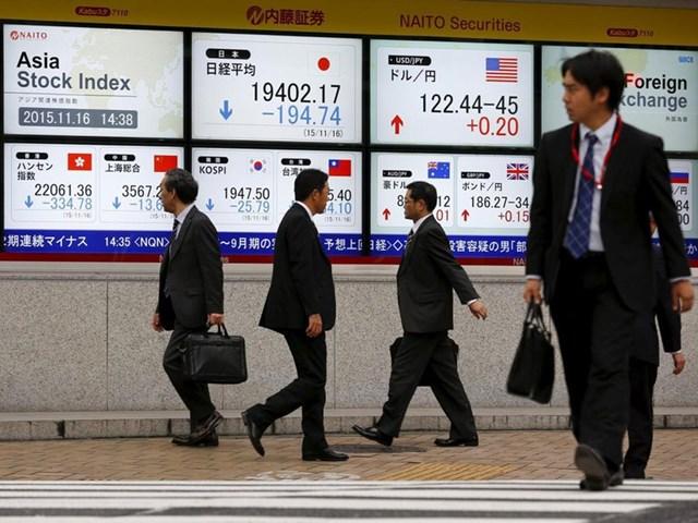 Màn hình hiển thị chỉ số thị trường bên ngoài một công ty môi giới chứng khoán ở Tokyo.Ảnh:Reuters.