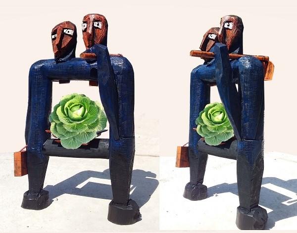 """Tác phẩm """"Bố mẹ tôi, cái cuốc và cây cải bắp"""", tác giả Kù Kao Khải. tại Triển lãm điêu khắc Hà Nội - Sài Gòn."""