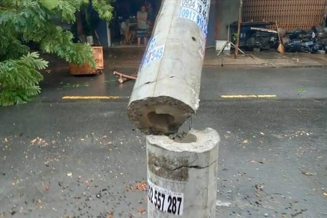 """Một cây cột điện bị """"tiện ngang"""" trong bão số 5. Ảnh: Hữu Long."""