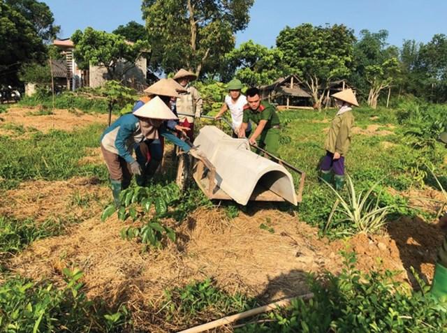 Bà con nhân dân huyện Yên Sơn tích cực xây dựng nông thôn mới.