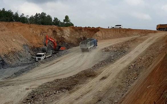 Thi công đoạn cao tốc Cam Lộ - La Sơn.