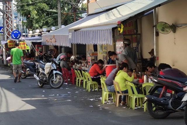 Nhiều hàng quán thiếu cảnh giác với dịch Covid-19. Ảnh: Khánh Hòa.