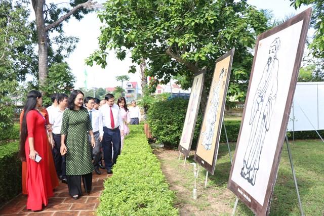 Đại biểu tham quan tại Trưng bày, triển lãm tranh, hiện vật, ấn phẩm về Nguyễn Du và Truyện Kiều.