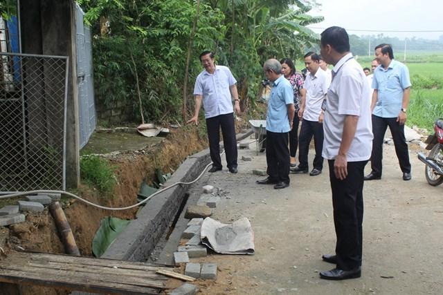 Lãnh đạo Ủy ban MTTQ Việt Nam tỉnh Vĩnh Phúc kiểm tra việc xây dựng, cải tạo cống, rãnh thoát nước thải, khắc phục ô nhiễm môi trường.
