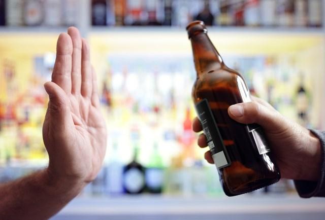Từ 15/11, uống rượu bia trước và trong giờ làm việc, ép buộc người khác uống rượu bia sẽ bị phạt 1-3 triệu đồng.