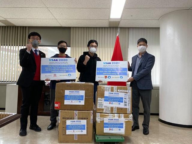Sinh viên Việt Nam tại Hàn Quốc chung tay chống dịch Covid-19 - Ảnh 1