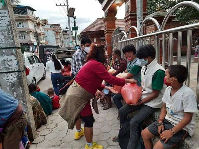 Người nghèo Nepal nhận quà cứu trợ từ chị Võ Thị Kim Cương và những người bạn..