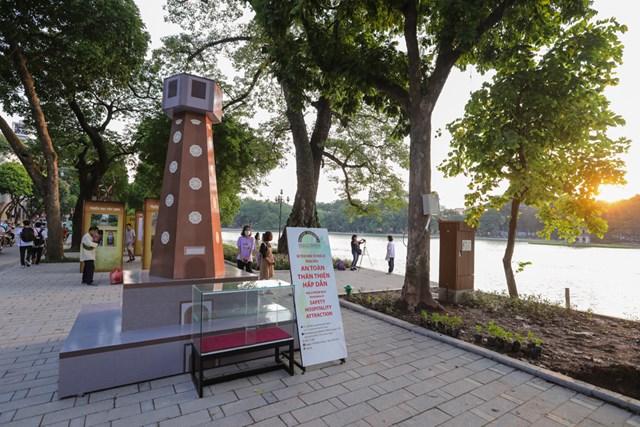 Mô hình Cột cờ bên Hồ Gươm.