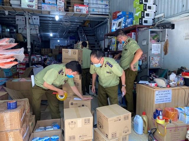 Cơ quan chức năng bắt giữ hàng hóa vi phạm.