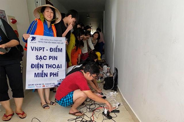 VNPT thiết lập các điểm sạc pin điện thoại miễn phí hỗ trợ đồng bào vùng bão lũ.